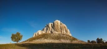 Alta montagna rocciosa in una valle Immagini Stock Libere da Diritti