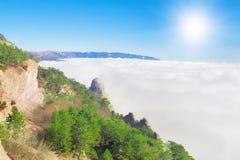 Alta montagna sopra le nubi bianche Fotografia Stock Libera da Diritti