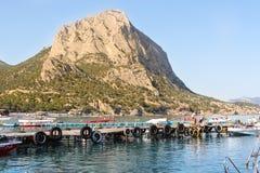 Alta montagna sulla riva Fotografie Stock