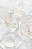 Alta natura morta chiave con le meringhe, i barattoli di vetro, del briciola e la tazza w Immagine Stock