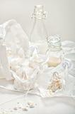 Alta natura morta chiave con le meringhe, i barattoli di vetro, del briciola e la tazza w Fotografie Stock