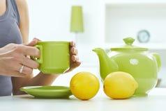Alta natura morta pastello chiave del limone della tazza del bollitore di tè Fotografie Stock