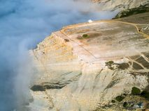 Alta nebbia di vista aerea sulla chiesa del tempio del precipizio Immagini Stock Libere da Diritti
