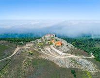 Alta nebbia di vista aerea vicino a Santuario da Peninha Fotografia Stock Libera da Diritti