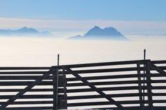Alta nebbia e le alpi in Austria, Europa Fotografia Stock Libera da Diritti