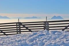 Alta nebbia e le alpi nell'inverno L'Austria, Europa Immagine Stock Libera da Diritti