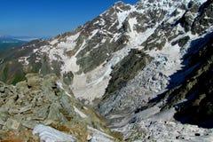 Alta neve e catena montuosa e valle rocciose Fotografie Stock