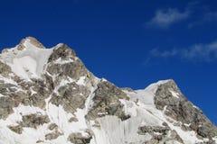 Alta neve e catena montuosa rocciosa Fotografia Stock Libera da Diritti