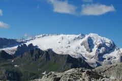 Alta neve e catena montuosa rocciosa Fotografia Stock