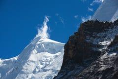 Alta nieve de la cima de la montaña Foto de archivo libre de regalías