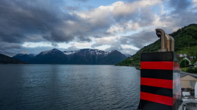Alta Norge - Maj 29, 2016: Sikt från en bilfärja av Norge fotografering för bildbyråer