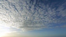 Alta nuvola con luce che viene dalla sinistra dell'immagine fotografie stock