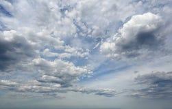 Alta nuvola pura mista con le nuvole più scure pesanti con cielo blu Immagini Stock Libere da Diritti