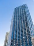 Alta oficina urbana de la subida y edificios residenciales Imágenes de archivo libres de regalías