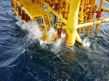 Alta onda che colpisce l'atterraggio della barca e che produce le scanalature Immagini Stock