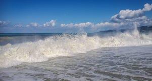 Alta onda con la nuvola di spruzzata sulla spiaggia in Soci Fotografia Stock Libera da Diritti