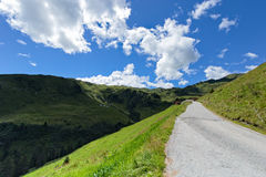 Alta opinión alpina del camino Austria, el Tirol, Zillertal, alto camino alpino de Zillertal imagenes de archivo