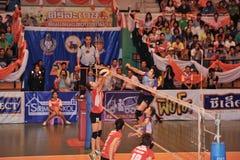Alta palla atacking di salto Fotografie Stock Libere da Diritti