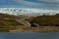 Alta pared del frente del glaciar Corriente que fluye del glaciar a diversos lagos Kangerlussuaq, Groenlandia imagenes de archivo
