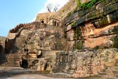 Alta parete della montagna antica di architettura del tempio di Neelkantha, fortificazione di Kalinjar, SU, l'India Fotografia Stock Libera da Diritti