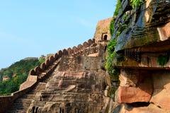 Alta parete della montagna antica di architettura del tempio di Neelkantha, fortificazione di Kalinjar, SU, l'India Immagine Stock Libera da Diritti
