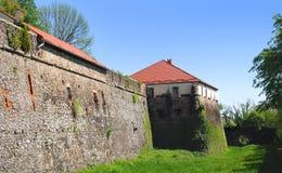 Alta parete di pietra del castello di Užhorod Fotografie Stock