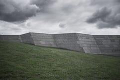 Alta parete di pietra su una collina verde Immagine Stock Libera da Diritti