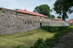 Alta parete di una fortezza storica contro lo sfondo di un prato inglese sistemato Immagini Stock Libere da Diritti
