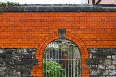 Alta parete e portone della grata Fotografie Stock Libere da Diritti