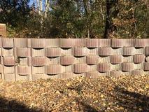Alta parete in un giardino, piantato con le erbe Immagine Stock