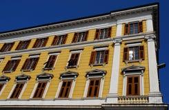 Alta parte del façade di una costruzione importante a Trieste in Friuli Venezia Giulia (Italia) Fotografie Stock