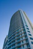 Alta perspectiva del edificio de la subida Fotos de archivo libres de regalías