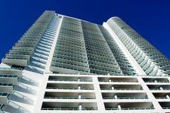 Alta perspectiva del edificio de la subida Foto de archivo libre de regalías