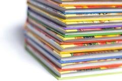 Alta pila di libri isolata su fondo bianco Immagini Stock Libere da Diritti