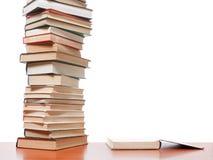Alta pila di libri su fondo bianco Fotografia Stock Libera da Diritti