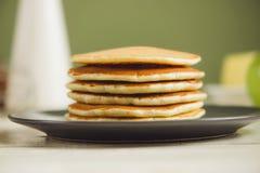 Alta pila di pancake Prima colazione per l'intera famiglia Immagine Stock