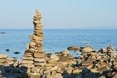 Alta piramide da una pietra sulla banca di Baikal. Immagine Stock