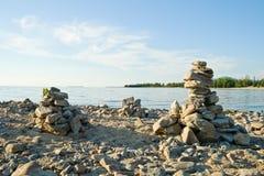 Alta piramide da una pietra sulla banca di Baikal. Immagini Stock