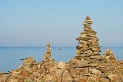 Alta piramide da una pietra sulla banca di Baikal Immagini Stock