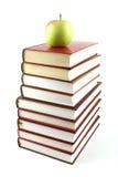 Alta piramide dei libri con la mela verde sulla parte superiore Fotografie Stock Libere da Diritti