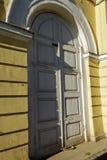 Alta porta bianca in una vecchia costruzione Fotografie Stock