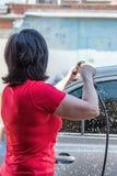 Alta pressione automatica degli autolavaggi delle donne Fotografia Stock