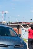 Alta pressione automatica degli autolavaggi delle donne Fotografie Stock Libere da Diritti