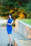 Alta ragazza di modello che parla sul telefono Immagine Stock