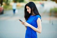 Alta ragazza di modello che parla sul telefono Fotografie Stock Libere da Diritti