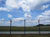 Alta recinzione metallica di protezione Railing con filo spinato sulla cima Fotografia Stock