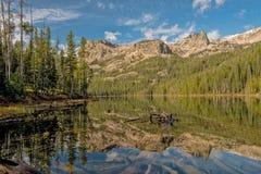 Alta riflessione del lago della montagna dell'Idaho con le nuvole Fotografia Stock