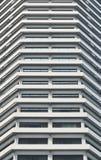 Alta riva del fiume bianca della torre dell'hotel Fotografia Stock Libera da Diritti