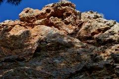Alta roca fotografiada de abajo hacia arriba cerca para arriba fotografía de archivo