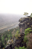Alta roccia con la vista sul fiume Fotografia Stock Libera da Diritti